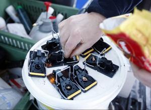 Här laddas fällorna med nötchoklad.– Det har visat sig vara mest effektivt, säger Patrik Skoglund