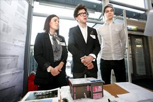Arbetsmarknaden ser ljus ut för högskolans blivande byggnadsingenjörer. På bilden syns Julia Melin, Kristian Rolfsen och Christopher Roussel som går andra terminen på utbildningen.