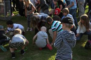 I pausen var det dags för godisregn som engagerade många av de yngre besökarna.