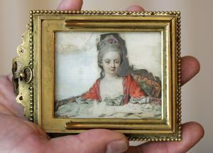 Eric Marius Holtkott visar ett  porträtt som tros vara av Nannerl, syster till musikern och kompositören Wolfgang Amadeus Mozart. På andra sidan är ett porträtt på honom. Från fredag 9 december 2005 i Zürich, Schweiz.
