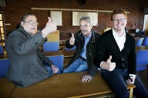 Tre nöjda koalitionspartners gör tummen upp. Från vänster, Christer Larsson, Calle Morgården och Fredrik Rönning.