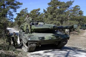 Soldater vid en stridsvagn 122 på Tofta skjutfält på Gotland.