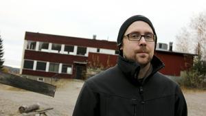 Nästa år ska kommunstyrelsen på nytt diskutera Högbyns framtid. Niklas Katajamäki är medlem i Fagersta paintball och airsoft, en av föreningarna som visat intresse att ha verksamhet i den gamla restaurangbyggnaden i Högbyn.