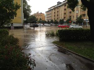 Bild från Bergmästaregatan/Bergskolegränd på tisdagskvällen.