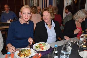 Moderaternas partisekreterare Sofia Arkelsten t vä och Calill Ohlson under onsdagskvällens träff i Askersund.
