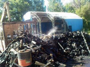 Ett tält och virke förtsördes i branden.