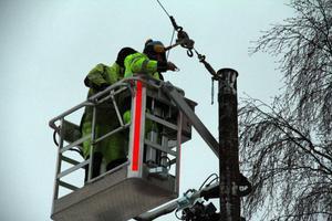 Personal från Elektra nät har fått uppdraget att sätta upp den nya julbelysningen. Totalt blir det 15 slingor ovanför Långgatan i Edsbyn.