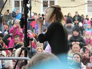 Täta rader av mobilkameror riktades mot Yohio när han fyllde Stortorget i Östersund på fredagen. Han fick många unga flickor att tindra med ögonen och det blev ett kort men uppskattad framträdande av en populär artist.