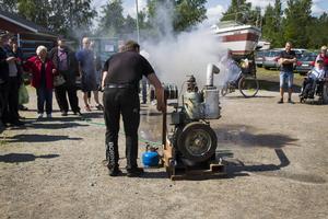 Håkan Borin demonstrerade hur man drar i gång en gammal kultändningsmotor. Motorn han hade med sig var en av de sista som tillverkades i Säffle i slutet av 1950-talet. Den har suttit i en fiskebåt och har tio hästkrafter.