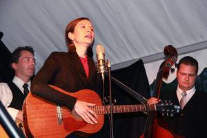 Karla-Therese Kjellvander & The Rockridge Brothers inledde stämningsfullt med en gospelinspirerad sång.