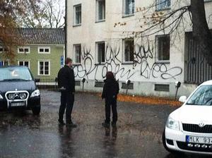 Personal från Mellansvenska städ och Norrvidden inspekterar fasaden.