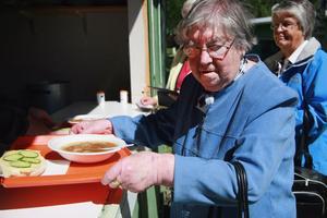 Ingrid Eriksson från Alfta lät sig väl smaka. Hon tyckte kålsoppan som serverades var jättegod. En ostsmörgås fick man också med sig.