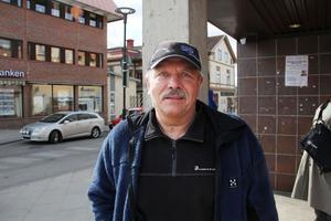 Åke Johansson, f.d. Ljusdal:– Jag var just och bytte bank just därför att jag ska kunna ha kontanter. Det är ju ett betalningsmedel, så det vill jag kunna använda. Jag tror att bankerna har mist många kunder på grund av detta.