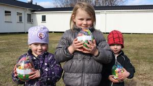 Barnen som kom till travbanan fick leta påskägg.