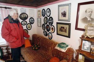 I gårdens äldsta byggnad har makarna Johnsson sina släktsamlingar. – Mycket handlar om starka viljor och överlevnad, berättar Alvar Johnsson.FOTO: BENGTERIC GERHARDSSON