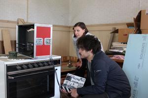 Tove Nowén och inspelningsledare Björn Van Weiden koncentrerar sig på monitorn.