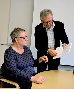 Utbildningschef Torgny Karlsson diskuterar budgetsiffror med nämndordförande Anki Rooslien.