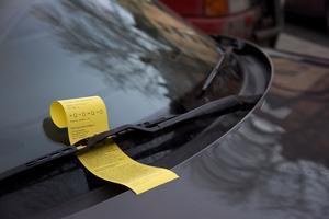 Stoltheten byts snabbt till en illamående, äcklande känsla när jag ser att några bilar har en parkeringsbot fladdrande i sommarbrisen under en vindrutetorkare, skriver insändaren.