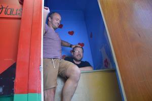 Tommie Nilsson och Rickard Persson tar sig, lite stelt, ner i dasset.