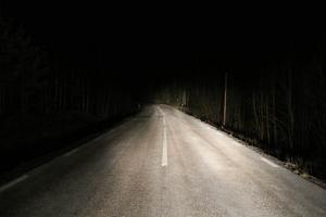 Frosthalkan la sig som en hinna över många vägar och gjorde vägbanan rejält hal.