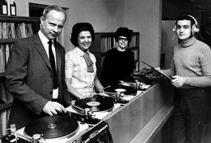Carl Axel Sundström f d musikbibliotekschef, Kerstin Färnlöf, Gertrud Nordin och Björn Berggren visar upp nya musikbiblioteket i Borgmästargården.