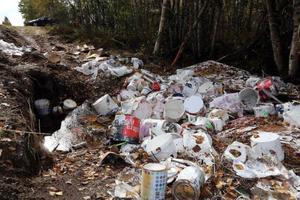 Ekipaget bärgades men en stor del av det miljöfarliga godset lämnades kvar