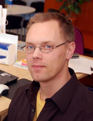 Jerker Eriksson går från barnböcker till att debutera i romangenren.