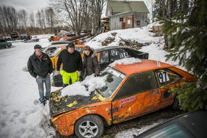 – Även tävlingsbilarna ser ju ut som skrotbilar när de står så här, men vänta bara tills de står på startlinjen, säger Anders Holmqvist, Janne Andersson och Jenny Holmqvist.