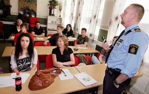 Frivilliga. Polisen Per Ersgård med de blivande volontärerna. I första raden syns Aytan Demirel och Malin Jakobsson. Foto: Kenneth Hudd