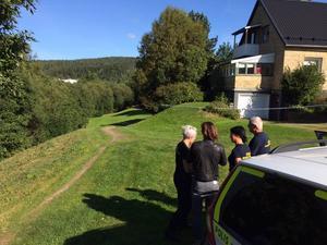 Poliser knackade dörr i villaområdet.