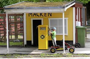 2012. Lilla killen Hugo Sethson ska tanka trampbilen på Barnens ö. Jo, det finns en hel del lekattraktioner på ön, och det går att öva barnen i trafikbeteende. Men någon organiserad trafiklekskola finns inte längre.