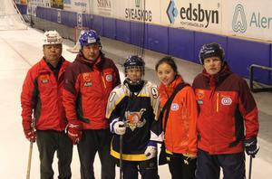 Kineserna besökte Edsbyn i onsdags. Kvinnan i bild är Yue Qingshuang, bronsmedaljgör i curling vid vinter-OS i Vancouver 2010. Till höger i bild står