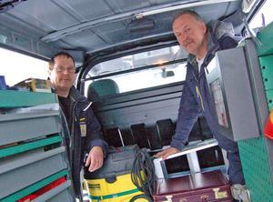 Fastighetsavdelningens Anders Eriksson, till vänster, och Olle Eriksson tittar in i en av de nya bilarna och konstaterar att här sitter verktyg och annat utrustning ordentligt fast och kan tas ut från flera olika håll, vilket underlättar och effektiviserar arbetet.