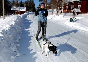 Dragen av sin hund kommer Marlene Sundin från byn Börjesjö efter byvägen.