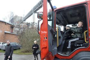 Dino Pajazetovic, 7 år, passar på att provköra brandbilen vid julmarknaden på Frövifors pappersbruksmuseum.