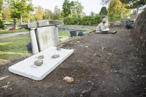 Nya skelettfynd görs dagligen.   – När vi skulle fylla igen ett hål i dag hittade vi ytterligare ett skelett, säger arkeologen Anders Edvinsson.