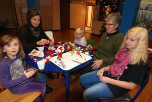 Kompisen Sara Gossas, mamma Maria Lindström, dottern Matilda Lindström, mormor Barbro och storasyster Elin Lindström skapar fritt ur hjärtat. Det är andra året de är med i Folkan och julpysslar.