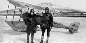 Ester Blenda Nordström (t v), journalist och författare som bland annat var med om att utforska Kamtjatkahalvön i dåvarande Sovjetunionen, med René Malaise. Foto: Bonnierarkivet