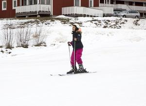 10-åriga Nora Zianne susar nedför barnbacken.