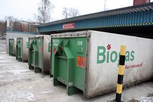 Biogasen fraktas till drygt mackar i Stockholm på växelflak som fylls vid Brommas reningsverk.