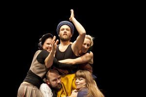 """""""Dans med vuxna"""" är en del av projektet RESiDANS, vars syfte är att placera folkdans och folkmusik i en professionell scenmiljö. Foto: Johan Margulis"""