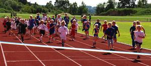 Invigningsloppet. Tillsammans med systrarna Kallur sprang barnen mot invigningsbandet. Foto:Christian Larsen