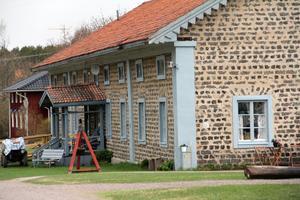 Svabensverk ligger alldeles vid gränsen mellan Hälsingland och Dalarna. Man tillhör Ovanåkers kommun, men det är svårt att ta sig till centralorterna Alfta och Edsbyn om man inte har bil.