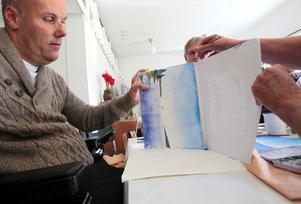 Himlen breder ut sig när Johan Eklund tippar sin målning, snart växer även havet fram på bilden.
