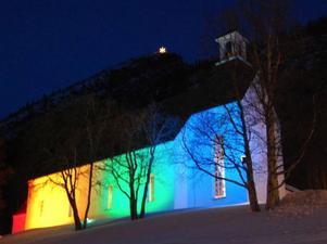 Under Lopme Naestie är Funäsdalens kyrka ljussatt med de samiska färgerna.Foto: Marit Manfredsdotter