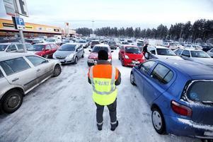 """VAKTER. Två parkeringsvakter jobbar heltid hela helgen för att se till att parkeringarna förblir i ordning. """"Alla vill stå så nära entrén som möjligt. En del skulle nog helst köra in med bilarna om de fick"""", säger en av dem och skrattar."""