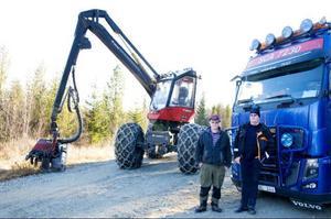 Det krävs stora fordon för att gallra och transportera bort virke.
