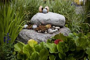 Rosentorpets trädgård är fylld med prydnader av olika slag. Bland annat har naturstenar utnyttjats som dekorativa öar.