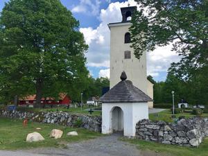 Tillberga kyrka. Under1950-talet pågick den så kallade Tillbergafejden mellan greve Hamilton påHedensberg och kyrkorådet i Tillberga församling.