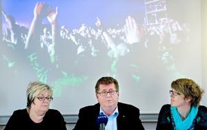 Biträdande sektorschef Birgit Hedkvist, kommunstyrelsens ordförande Jan Bohman och kommundirektör Åsa Granat presenterar kommunens uppgörelse med Peace & Love.